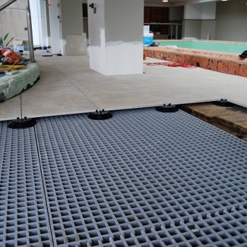 Buzon Pedestals on HDG Grating Panels over Uneven Floor