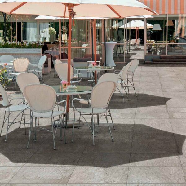 Outdoor Dining Courtyard with Fusa White 30x60 cm and 60x60 cm Porcelain Pavers